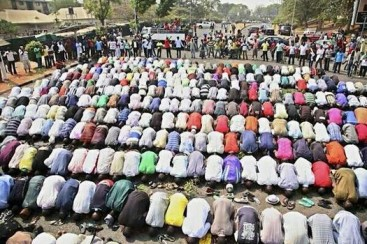 A group of Christians protecting Muslims while they pray. Photo: examiner.com